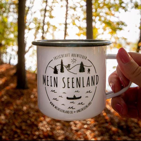 MeinSeenland Emailletasse – Frischluft-Abenteuer Edition